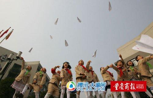 300小学生纸飞机比赛 放飞科技梦想(图)
