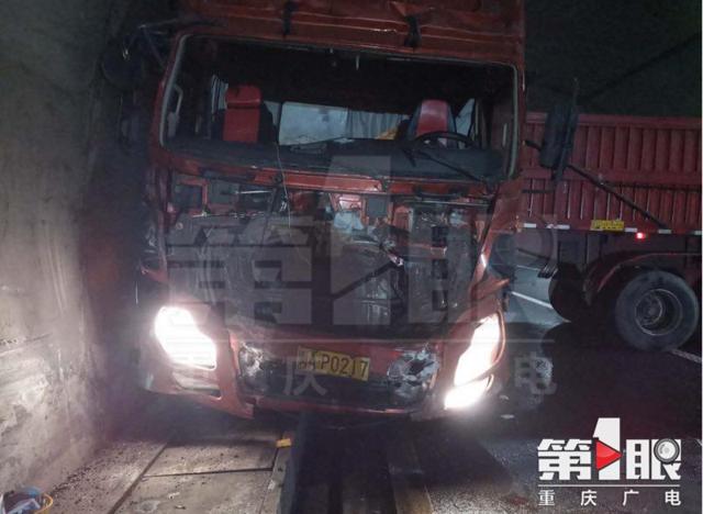 挂车和隧道擦出火花 原是驾驶员疲劳驾驶惹祸