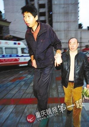 2.24米巨人还在长高 神秘爱心人士接他到医院