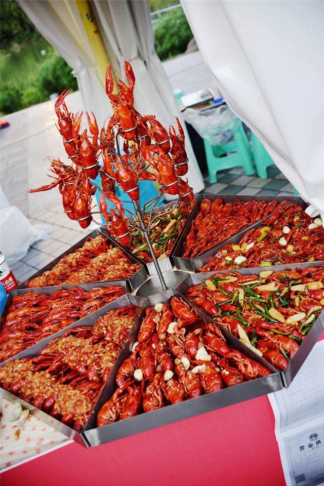 """重庆版""""极限挑战"""" 打探40度高温下的万人龙虾盛宴"""