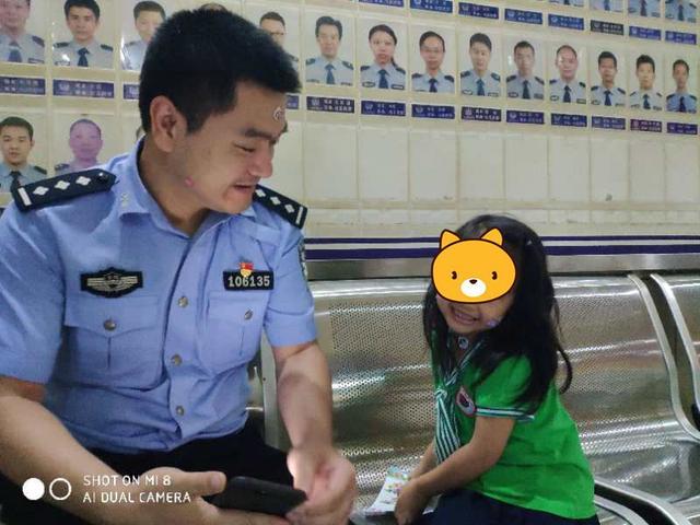 """又一四岁女孩街头走失 民警巧用贴画""""哄出""""父母信息"""