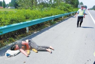 险!一女子躺高速路上睡大觉 交警忙转移保安全