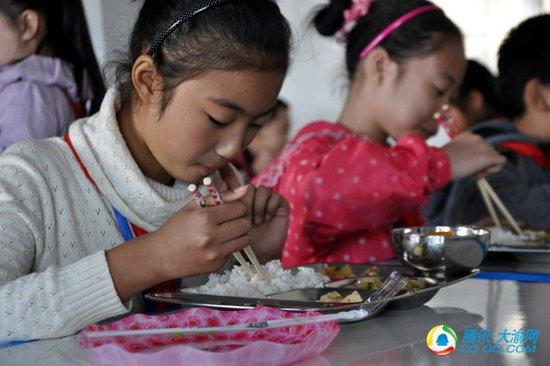 关注留守儿童健康 90所学校学生吃上营养大餐