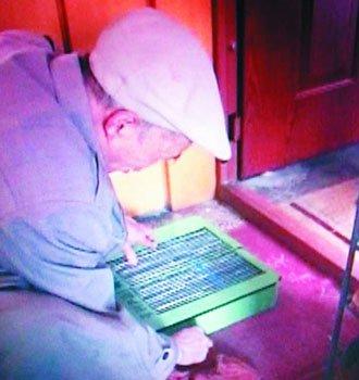 七旬翁发明鞋底除尘机 进出家门不用换鞋了