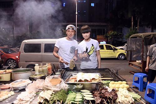 谢霆锋李宇春重庆街边烤串 马苏吃新鲜辣椒