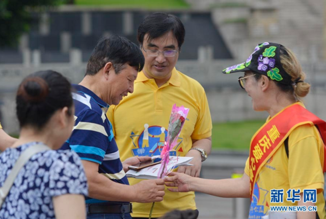 全国助残日 重庆残疾人朋友9999朵玫瑰赠予热心市民