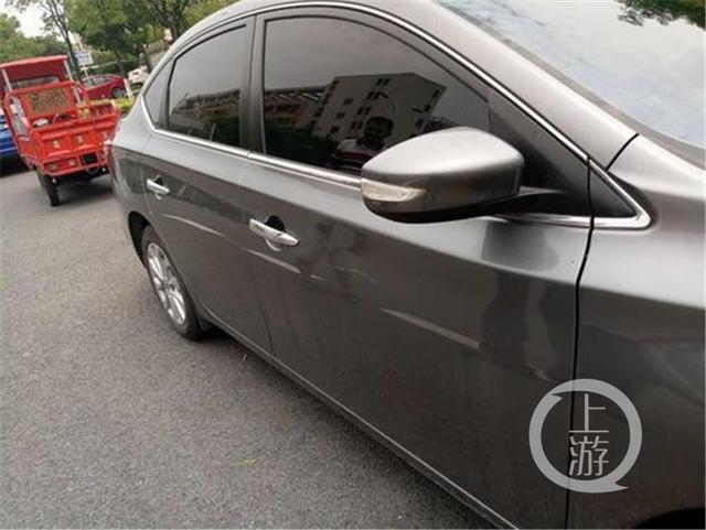 女司机或因倒车失败 用车钥匙划伤旁车泄愤
