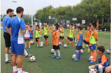 没门槛,拉玛招募400孩子跟西班牙教练踢足球