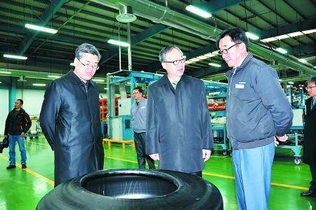 韩国驻华大使李揆亨(中)参观两江新区韩泰轮胎工厂 两江新区管委会供图