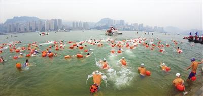 500余名冬泳高手横渡长江展风采
