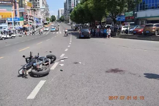 萬州一摩托車抄近路與小車相撞 車上3人被撞飛