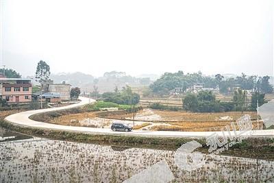 青峰镇大修农村小康路 惠及沿线1500余村民