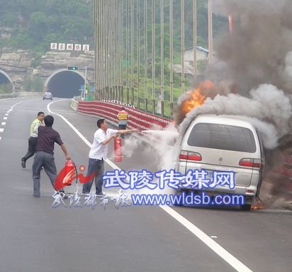 包茂高速黔江段一商务车自燃 烧成架架