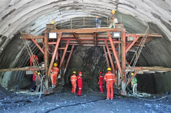 工人正在隧道内作业。特约通讯员 周宇 摄