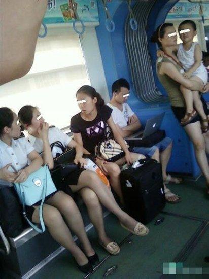 制服青年坐轻轨不让座 旁边妈妈抱孩子站半小时