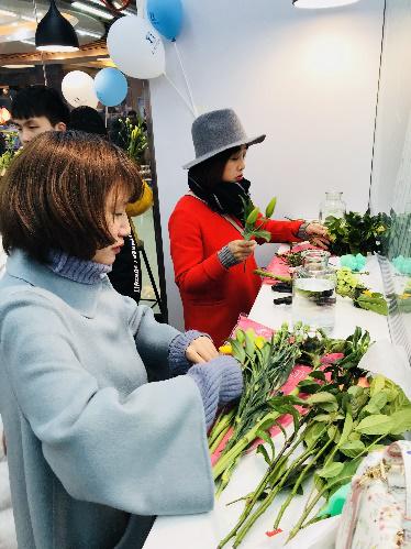 女神把花店开到重庆罗森便利店 情人节还可以这么玩?