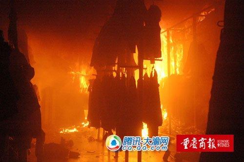 黔江一服装店深夜大火 70户居民紧急疏散高清图片