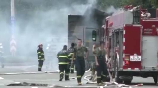一大货车在金山大道发生自燃 现场浓烟滚滚