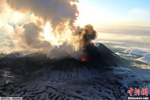 资料图:俄罗斯堪察加半岛火山喷发。