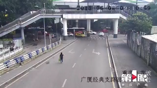 奔驰哥强行变道引发擦挂 下车拳打脚踢公交司机