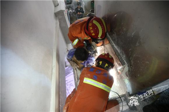 工人腿部卷入搅拌机 及时救出无生命危险