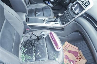 汽车车窗玻璃被人用暴力破坏.罗先生检查发现,车里除几包香高清图片