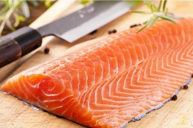 食客下嘴要当心 养殖三文鱼体内残留毒素!