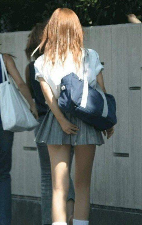 点是超短的裙子