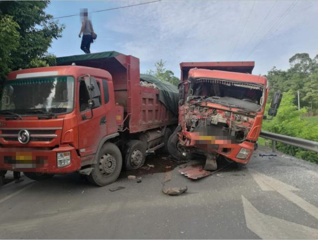 两兄弟同时超载上路 行驶途中相撞其中一辆车几乎报废