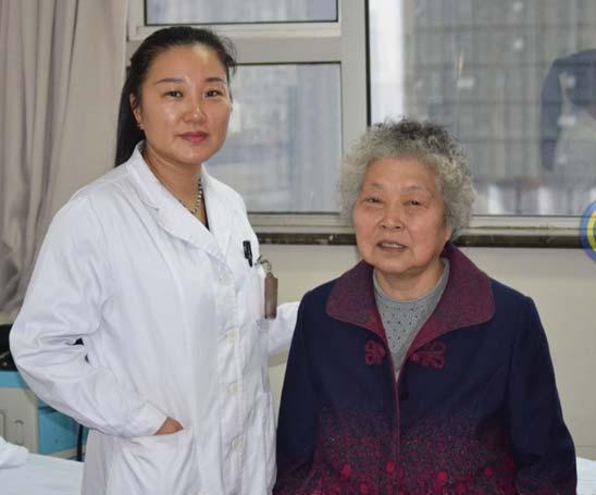 当了30年医生 她第一次给妈妈做手术