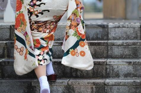 日本和服妹子出席成人节仪式 开心自拍