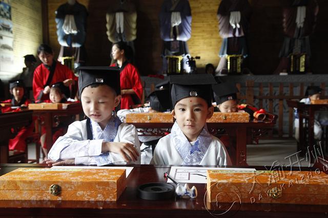 """孩子们身着汉服 在开州文庙参加开笔礼""""破蒙"""""""
