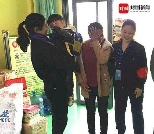 3岁娃上幼儿园被送错校车 民警走访一小时找到家人