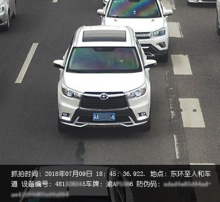 """重庆交巡警严查开车拨打接听手持电话等""""盲驾""""行为"""