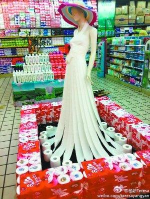 超市大妈创意无限 卫生纸拼出惊艳长裙图片