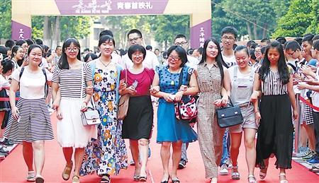 重庆一中学学生自拍微电影 毕业典礼成首映礼