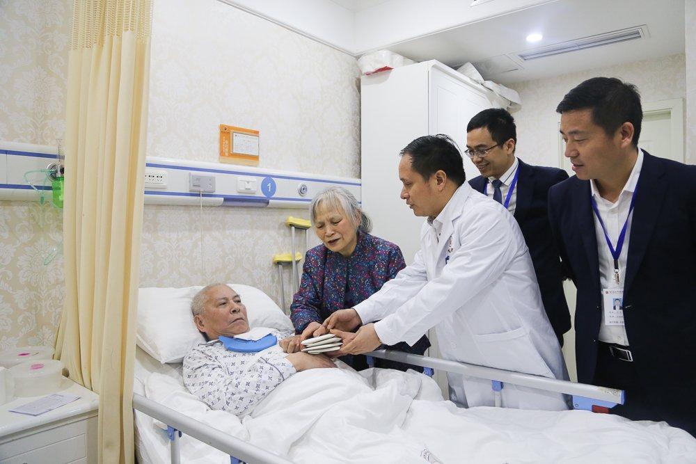 失独老人坚守照顾瘫痪丈夫 医院捐万元