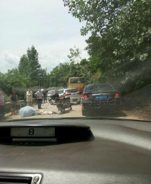 萬州一道路塌方 一摩托車駕駛員被砸中