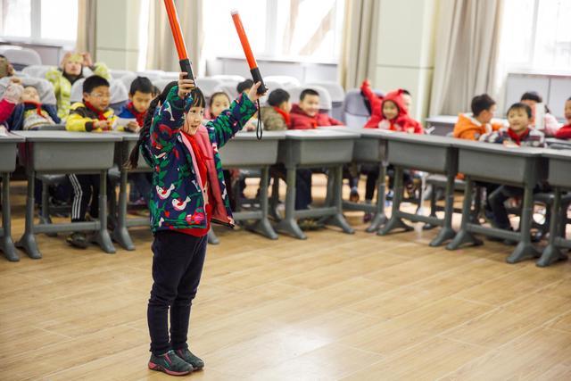 """把飞机开进课堂 """"春苗行动""""走进九龙坡区第一实验小学"""