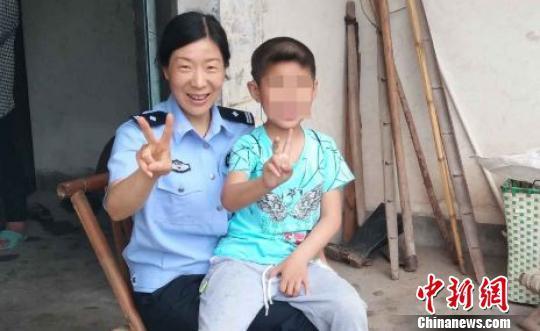 """父母吸贩毒被抓民警当起9岁娃的""""临时爸妈"""""""