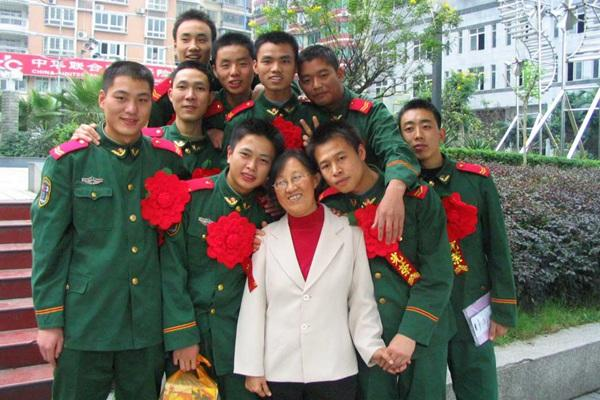 """66岁重庆""""兵妈妈"""" 33年如一日爱兵如子"""