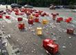 啤酒箱从货车里掉落 玻璃碎片洒落一地