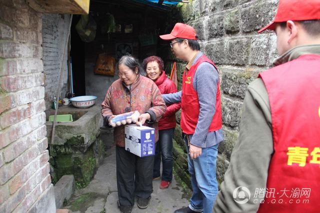 3月5日学雷锋纪念日 中建隧道志愿者走进社区送温暖