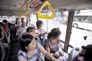 """坐公交遭晒成""""关公"""" 为啥不能挂上窗帘"""