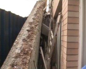 数吨重屋檐掉下来