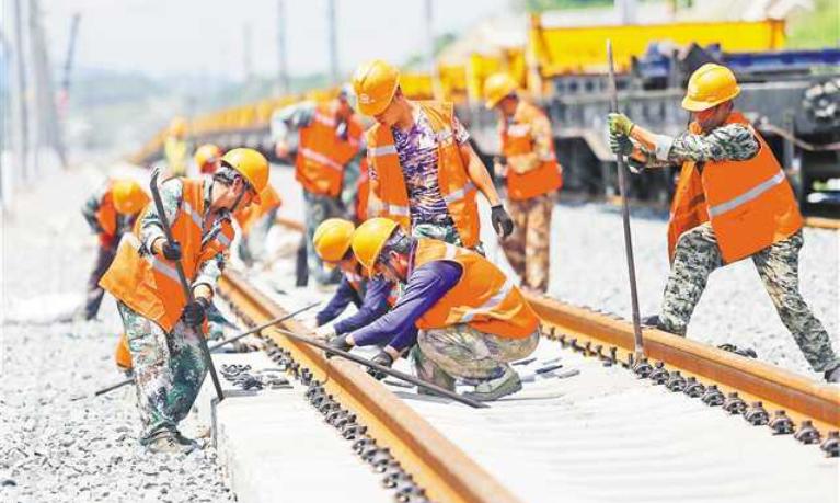 黔张常铁路有望年底通车 重庆段开始铺轨