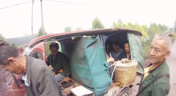 三轮车后部被改成载人车厢 9名老人共挤一车被