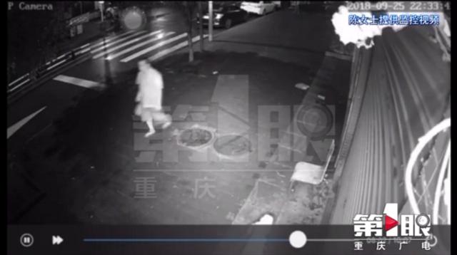 居民楼天降木板发出巨响 一位行人刚刚走过