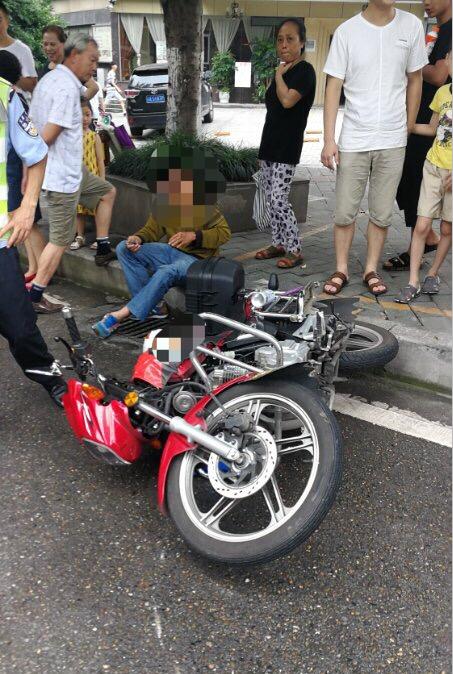车还没停稳9岁男孩就开门下车 致一辆摩托车被撞飞