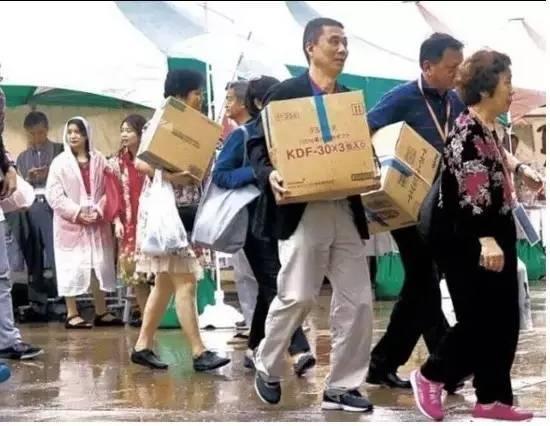 """中国人全球""""爆买""""是一种旅游幼稚病"""